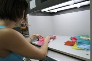 Vérification des coloris dans une cabine à lumière équipée de différents illuminants